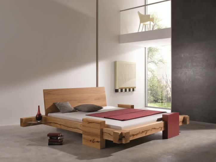 massives Balkenbett aus Bio-Holz